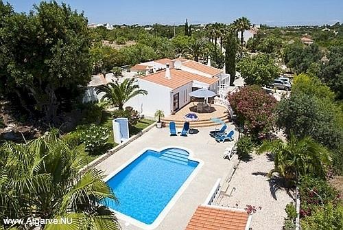Een foto vanuit de lucht genomen met het zwembad en villa.