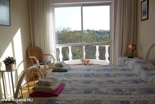 Twee éénpersoonsbedden naast elkaar in de tweede slaapkamer.