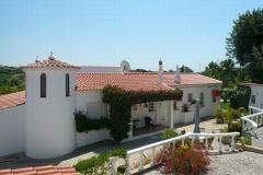 De achterkant van de villa voorzien van een terras.