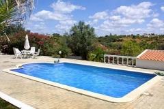 Het zwembad van Vila Maria in volle lengte gezien.