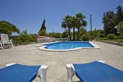 Het zwembad van Vila Maria vanaf de ligstoelen gezien.