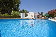 Een foto van het zwembad met op de achtergrond Vila Maria.