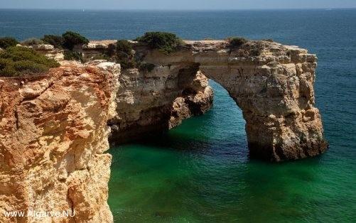 Deze mooie rotsformaties ziet u overal aan de kust van de Algarve.