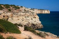 De kust van de Algarve met prachtige rotsformaties en stranden.