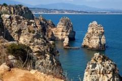 Rotsformaties afgewisseld met mooie stranden, dat is de Algarve.