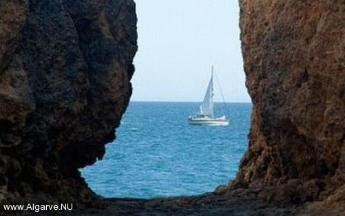 Met een zeilboot langs de Algarve kust, ideaal om van alles te genieten.